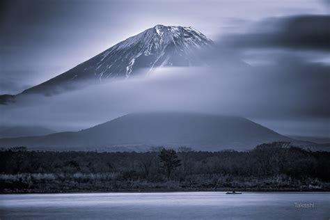 photographer captures  enchanting beauty  mount fuji