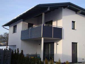 Balkongeländer Glas Anthrazit : edelstahlgel nder mit aluminiumlamellen in anthrazit pulverbeschichtet balkon fassade ~ Michelbontemps.com Haus und Dekorationen
