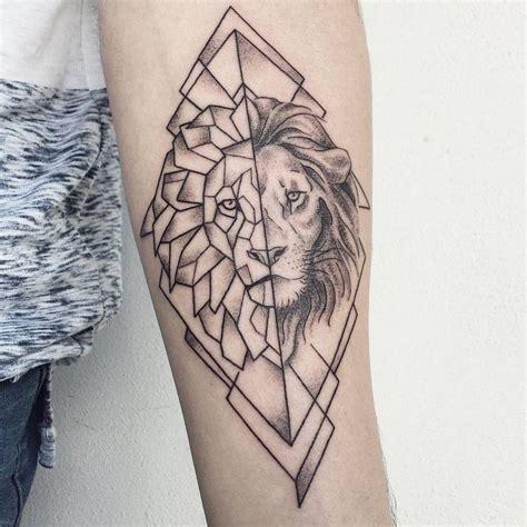 tatouage lion femme bras