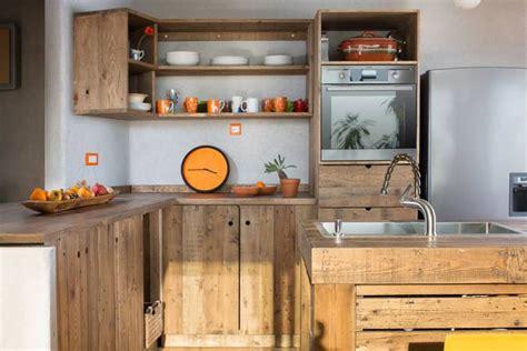 fabriquer meuble cuisine soi meme îlot central en palette bar et tabourets à faire soi même