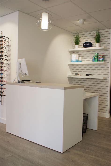 comptoir coiffure comptoir d accueil dans un magasin d optique showroom