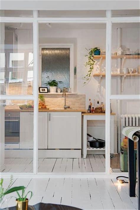 cuisine avec verriere une cuisine ouverte avec une verrière de séparation