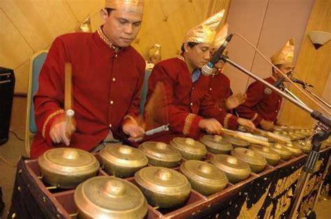 Bisa dikatakan gerantung ini adalah contoh alat musik tradisional yang tergolong dalam kelompok xylophone karena nada tersebut keluar dari sebuah. Alat Musik Tradisional Indonesia   Budaya Nusantara