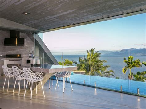 Cutting Edge Panoramic Ocean View House Facing Coral Sea