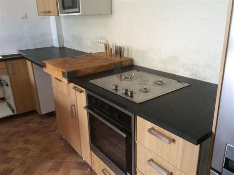 prise dans plan de travail cuisine réalisation de plan de travail de cuisine en granit noir à