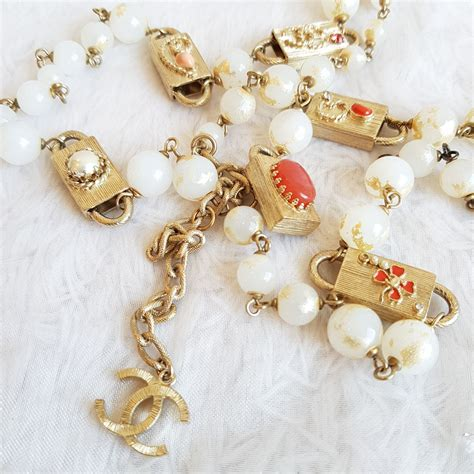chanel necklace faux pearl  gold hardware ylue  luxury vintage kl