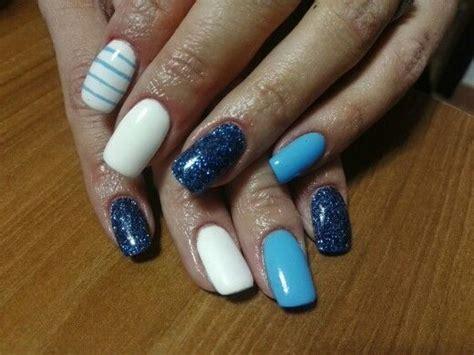 gelnägel glitzer unghie azzurre con glitter azzurro scuro bianco e righe