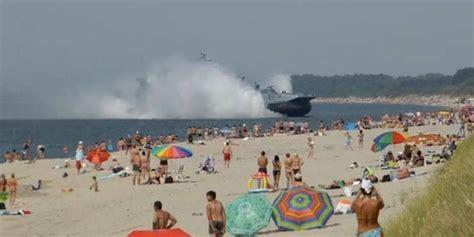 aeroglisseur fonce sur une plage bondee en russie la
