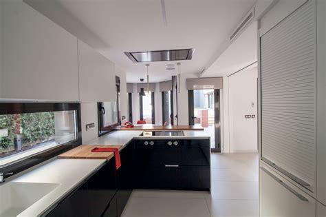 una cocina en blanco  negro  peninsula  office