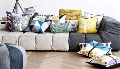déco coussin canapé des coussins à motifs pour égayer le canapé