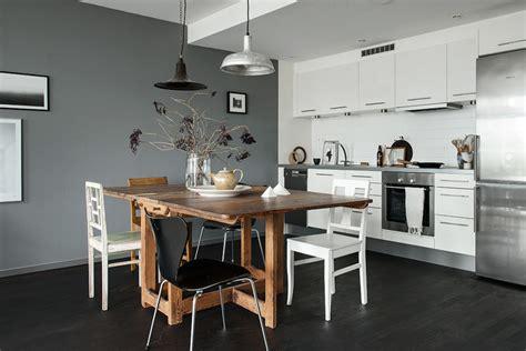 cuisine mur et gris une cuisine élégante au mur gris et au parquet foncé