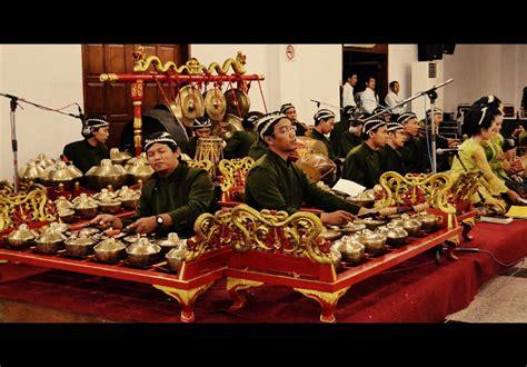 Musik indonesia amat beragam , ada musik tradisional dan ada musik modern, antra lain alat musik kolintang merupakan alat musik asli minahasa sulawesi utara. kesenian indonesia: Seni Karawitan