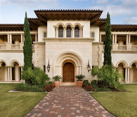 Haus Italienischer Stil by Tuscan House Style With Front Walkway And Italian Cypress
