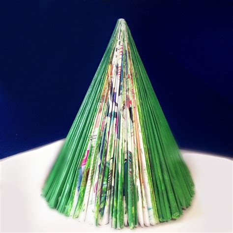 arboles de navidad hechos con revistas