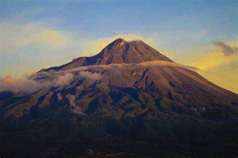 menikmati keindahan gunung merapi
