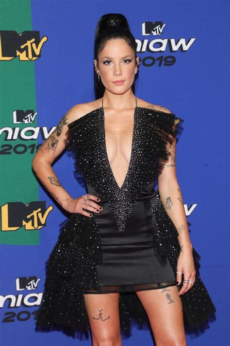 Maluma, una de las más grandes estrellas de la música, se llevó el premio de mejor artista colombia. Halsey - 2019 MTV MIAW Awards in Mexico City • CelebMafia