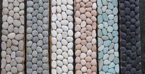 memasang lantai hiasan memakai batu koral sikat