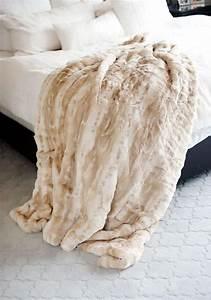 Couverture Fausse Fourrure : le plaid fausse fourrure confort pour vous et style luxueux pour l 39 int rieur ~ Teatrodelosmanantiales.com Idées de Décoration