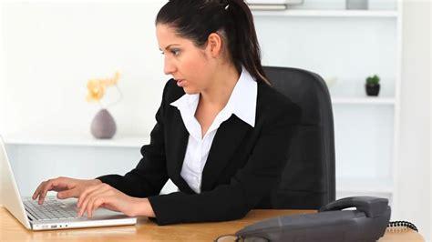 femme d affaires travailler bureau hd stock