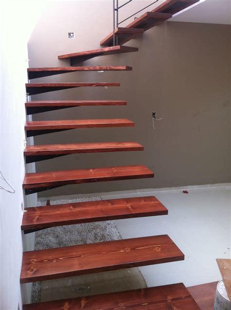 foto escalera de papelillo  huellas en madera de pino