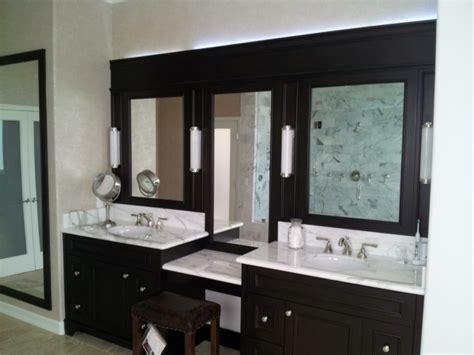 Une Armoire De Salle De Bain Avec Miroir Pour Le Style De