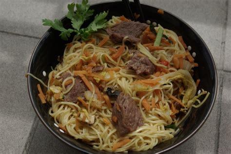 cuisiner les nouilles chinoises wok de nouilles au chou chinois et au boeuf balade