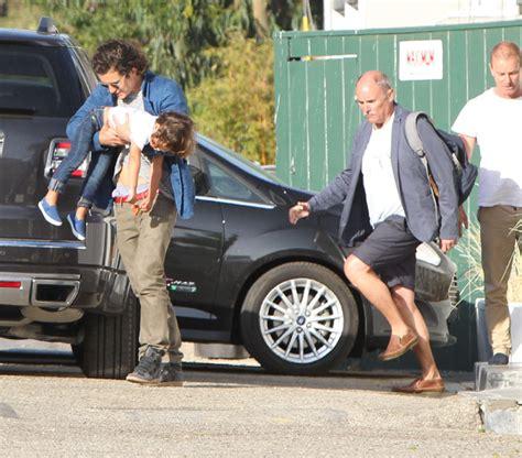 Orlando Bloom passeia com o filho por Malibu - O Fuxico