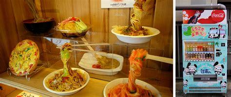 japon cuisine assiettes de nouilles factices dans une vitrine de