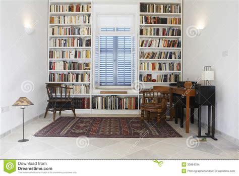 bibliotheque chambre chambre de ville avec des livres disposés dans la