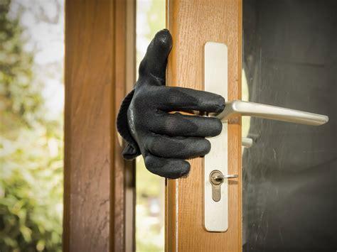 burglar calls police  rescue    trapped