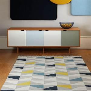 les tapis gris nouvelle tendance du moment With tapis de couloir avec canapé bleu canard scandinave