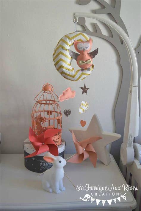 chambre bébé lune mobile bébé lune chouette hibou corail abricot pêche gris