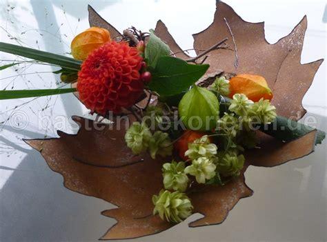 Herbstdeko Für Die Fenster by Herbstlich Dekoriertes Blatt Aus Metall Basteln Und