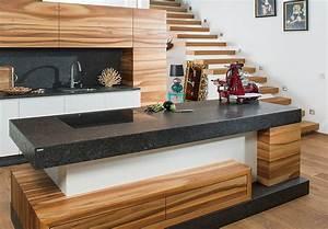 Moderne kuche in holz und weiss mit leather look steinarbeitsplatte for Küche arbeitsplatte holz
