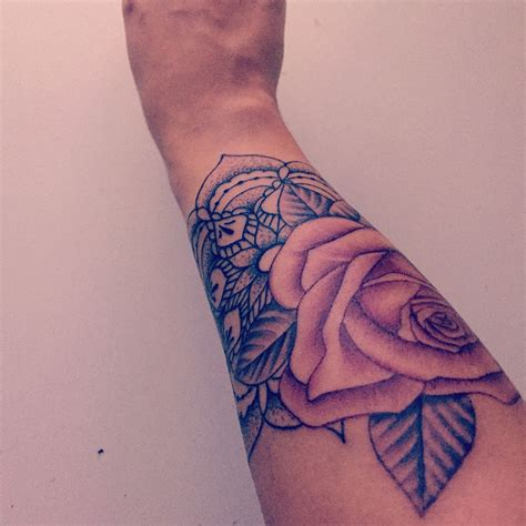 tatouage mandala  rose poignet tattoo pinterest