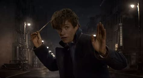 Eddie Redmayne Hands Wands Out To Comiccon Crowd As New