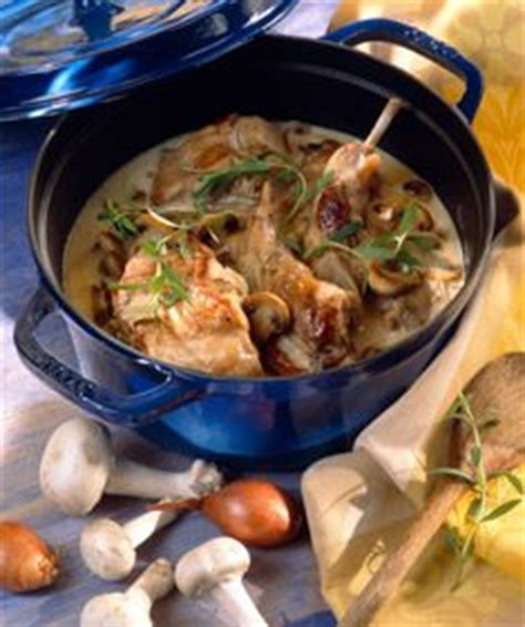 cuisiner le lapin en cocotte lapin à la pancetta et aux chignons recettes ricardo