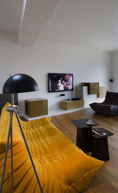 nowoczesny pokoj  kominkiem inspiracja homesquare