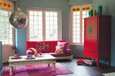 canapé fushia salon canapé fushia et armoire maison du monde