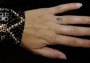 Finger Tattoo Symbole : 11 lovely chinese finger tattoos ~ Frokenaadalensverden.com Haus und Dekorationen