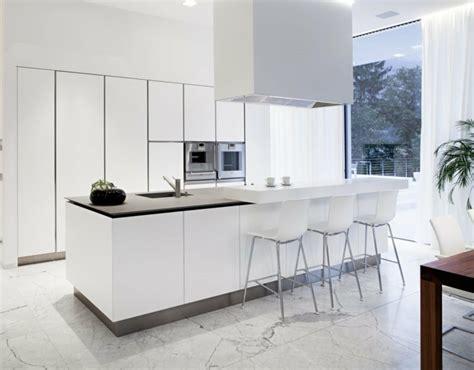 chaises de cuisine blanches 53 variantes pour les cuisines blanches