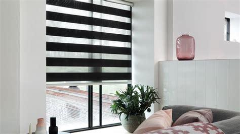 duo rolgordijn in erker woonkamer tuindeuren raamdecoratie