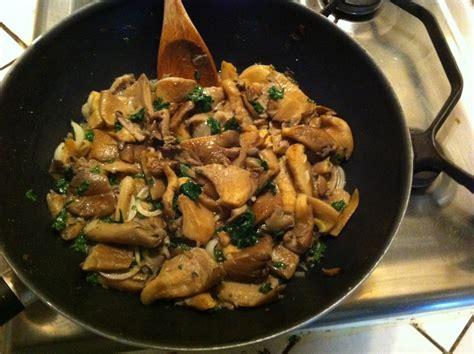 cuisiner des chignons de a la poele recette champignons pleurote au vin blanc
