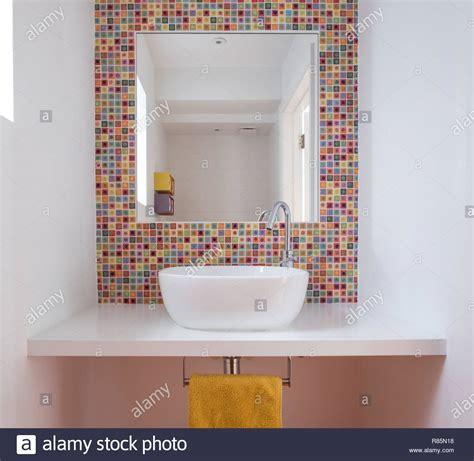 Badezimmer Regal Bunt by Modernes Badezimmer Mit Waschbecken Bunten Glas