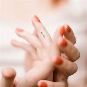 Petit Tatouage Doigt Petit Tatouage Un Tattoo Oui Mais Discret Elle