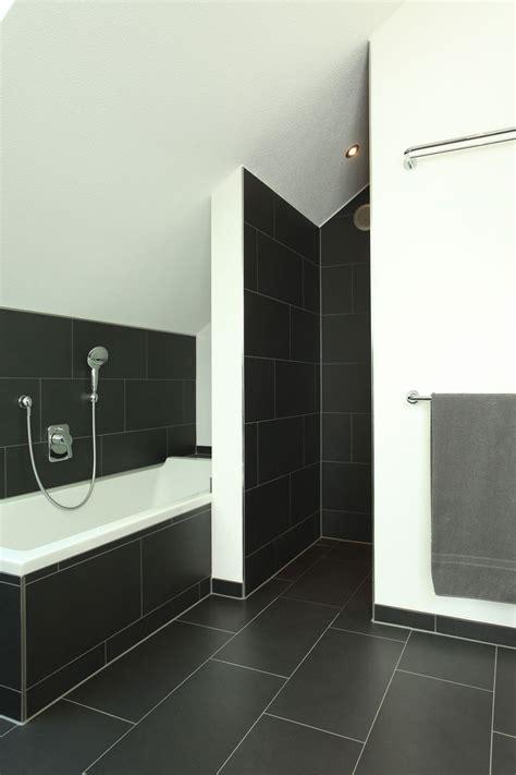 Badezimmer Fliesen Dunkel by Duschnische Und Badewanne Mit Dunklen Fliesen