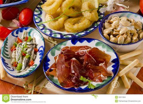 cuisine espagnole tapas cuisine espagnole tapas assortis des plats en céramique