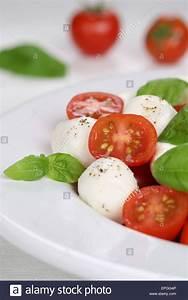 Italienischer Caprese Salat Mit Tomaten Und Mozzarella