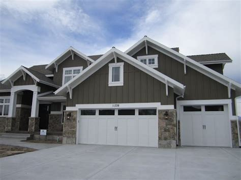 House Corbels by Colors Variation In Siding Lanterns Flanking Garage