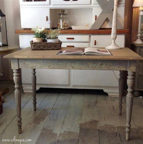 mesa shabby chic de madera decapada en  mengedors blancs